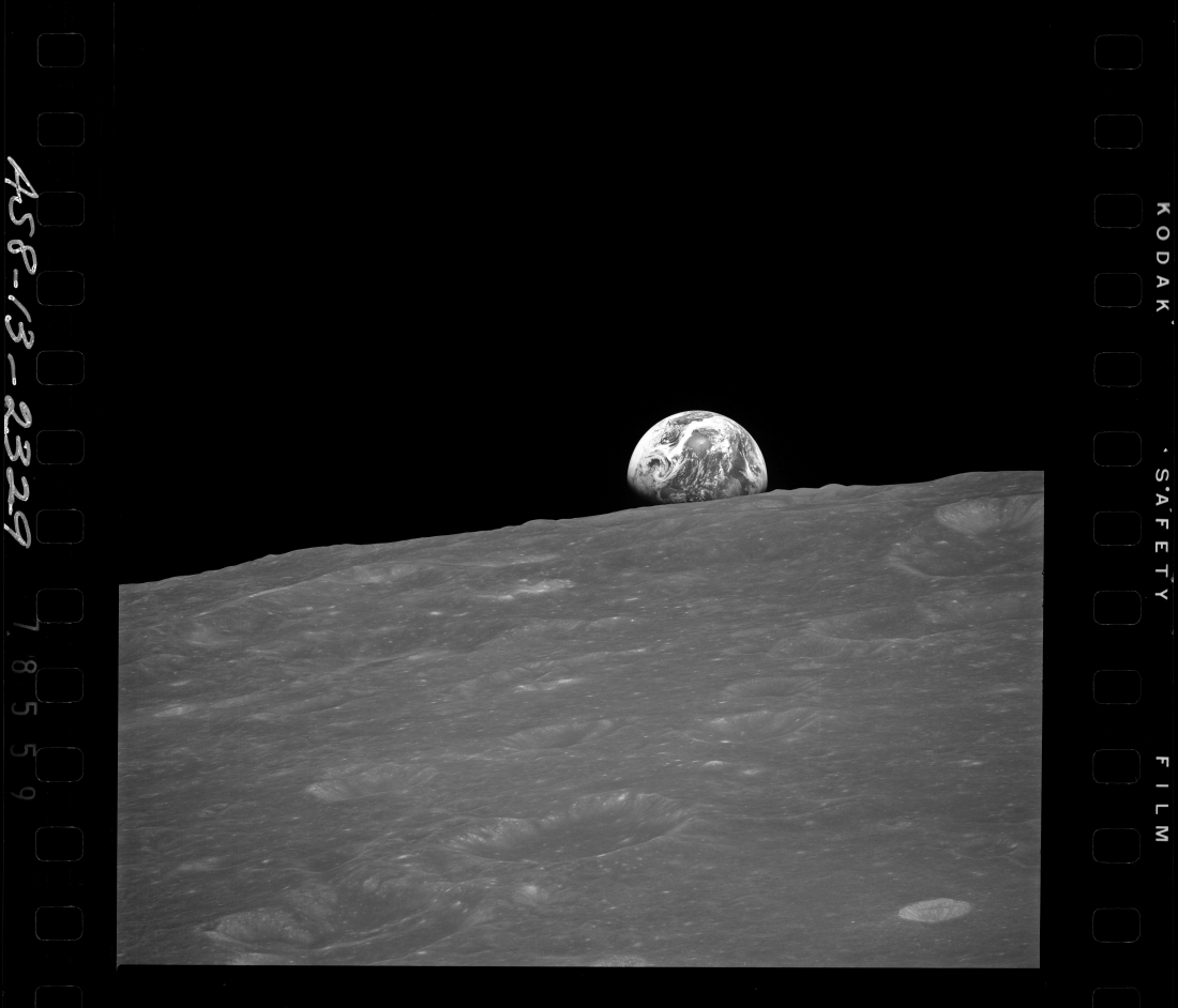 AS08-13-2329, BW Earthrise